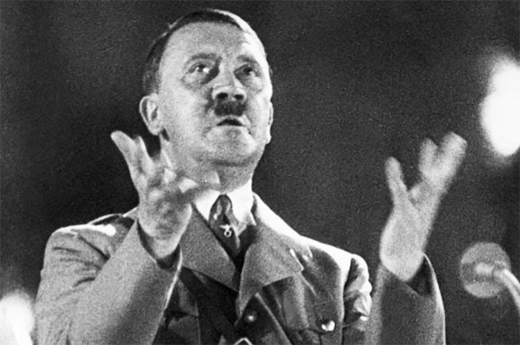Hitler hypnotise l'auditoire dans Mein Kampf